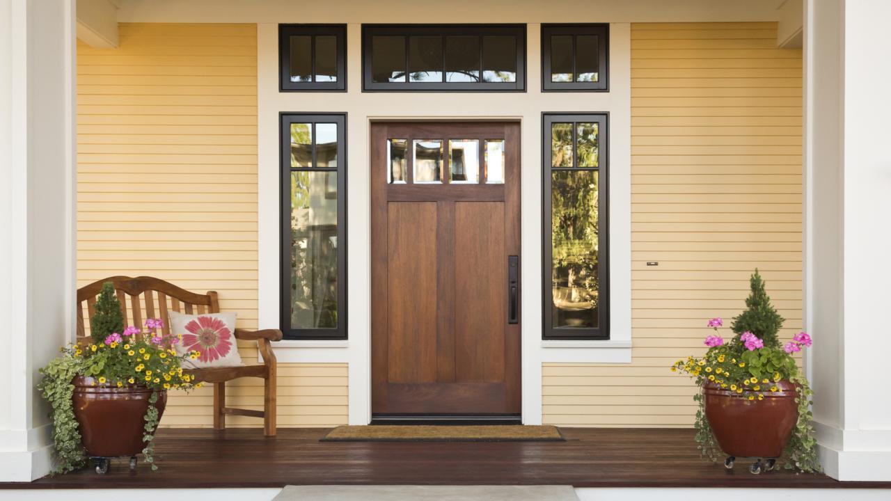 Дверь из ореха в дом