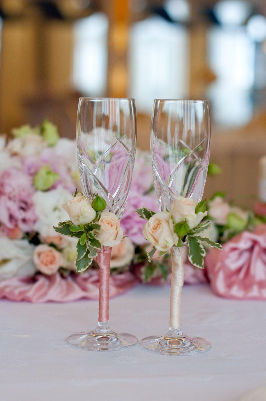 Свадебные бокалы в пастельном оттенке