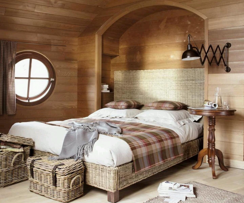Плетеная мебель в спальне на даче