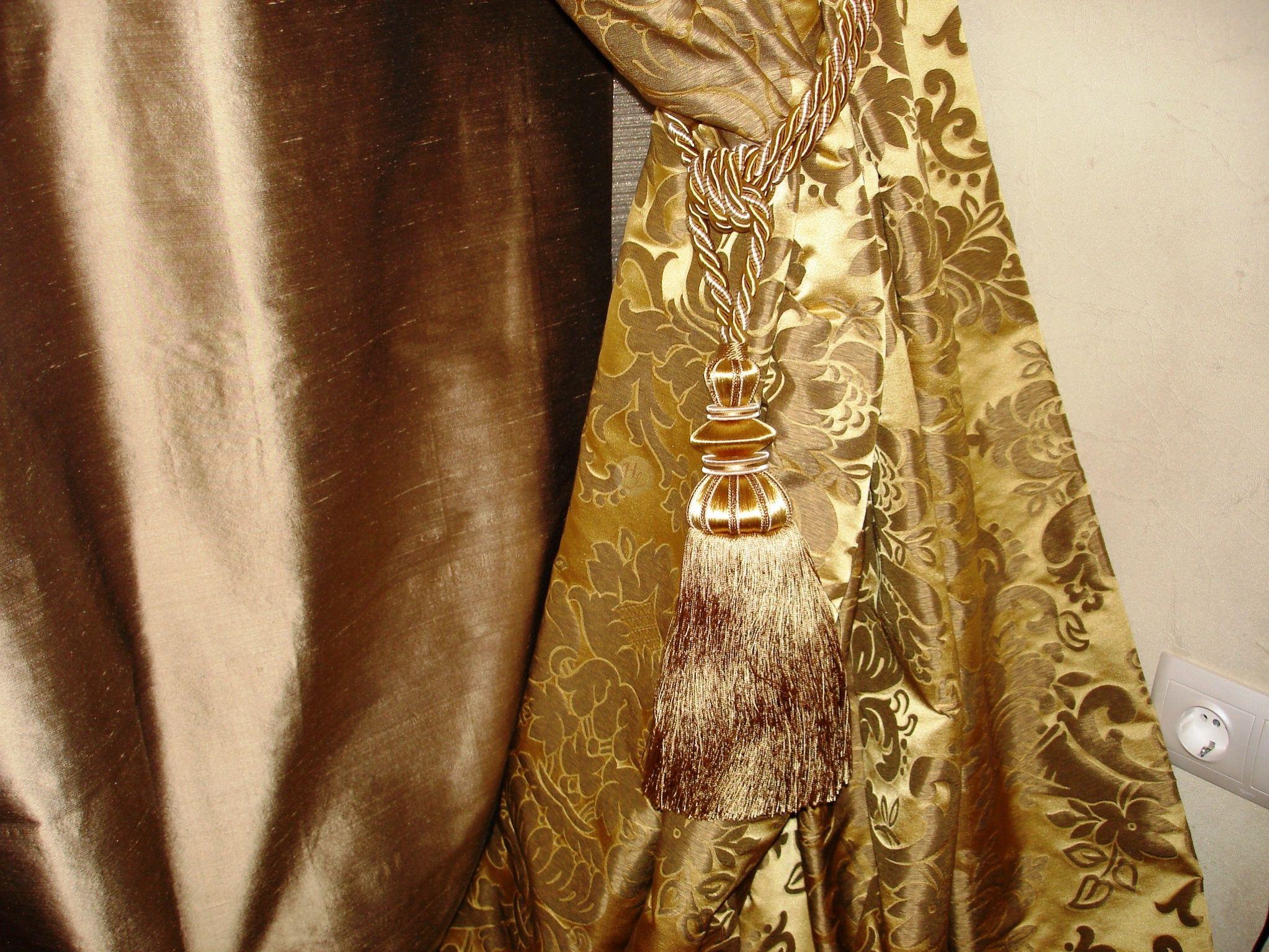 Золотые шторы с подхватами