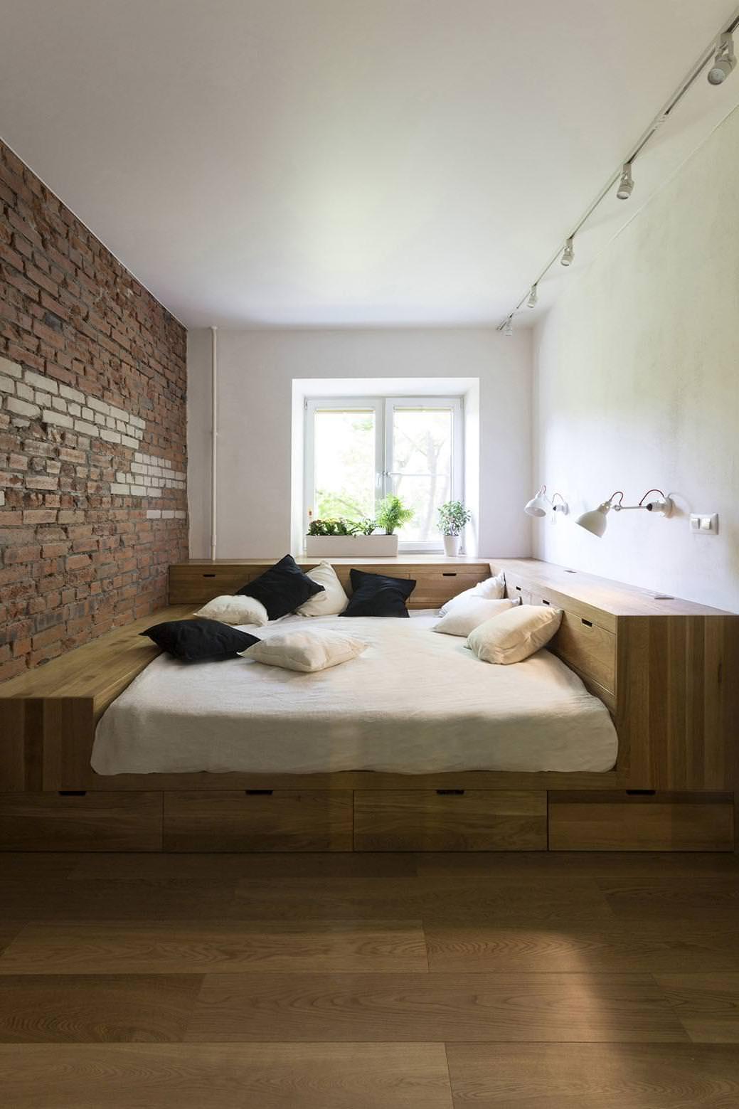 Кровать на подиуме с полкой