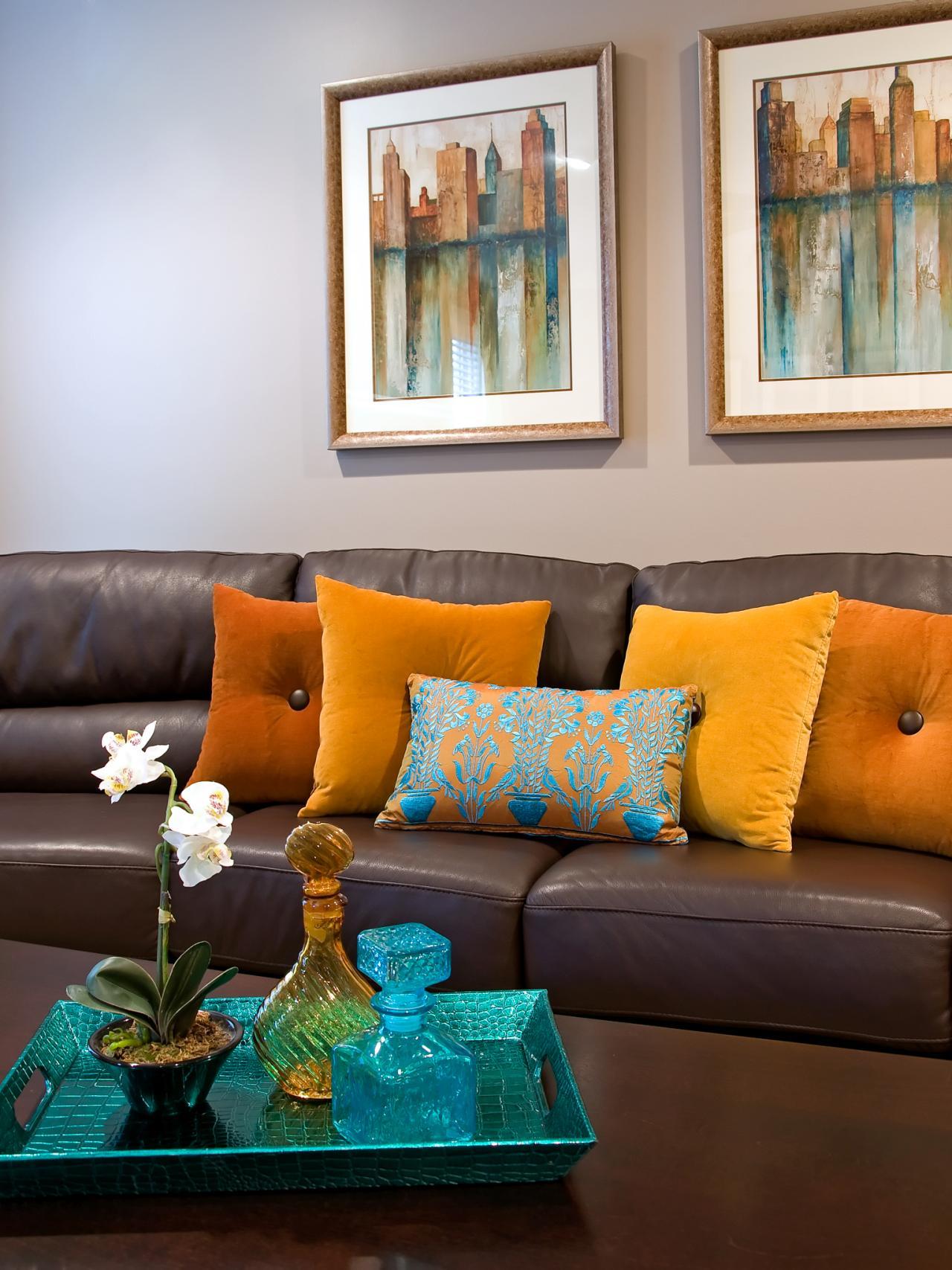 Коричневый диван с подушками