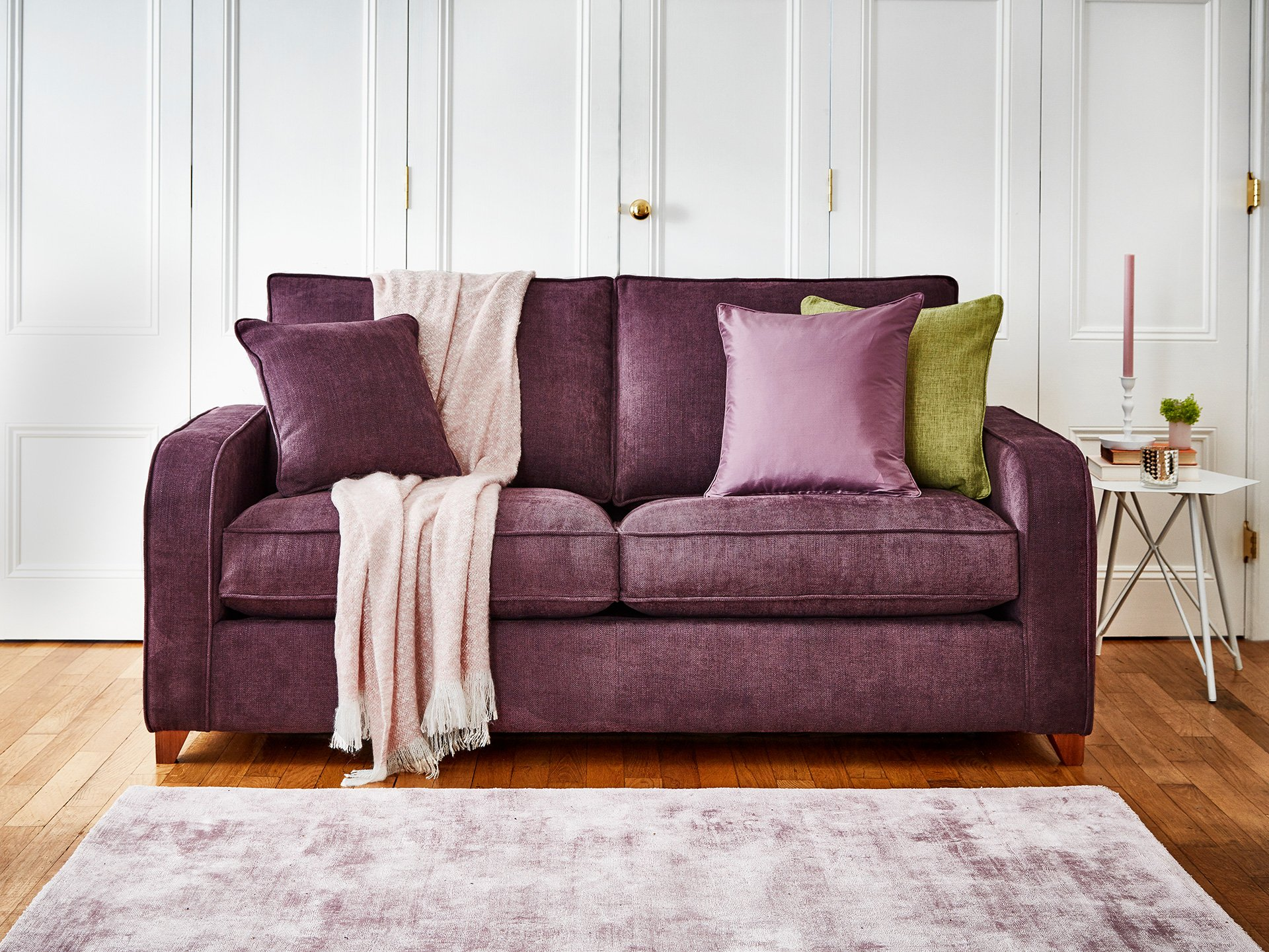 Фиолетовый диван с подушками