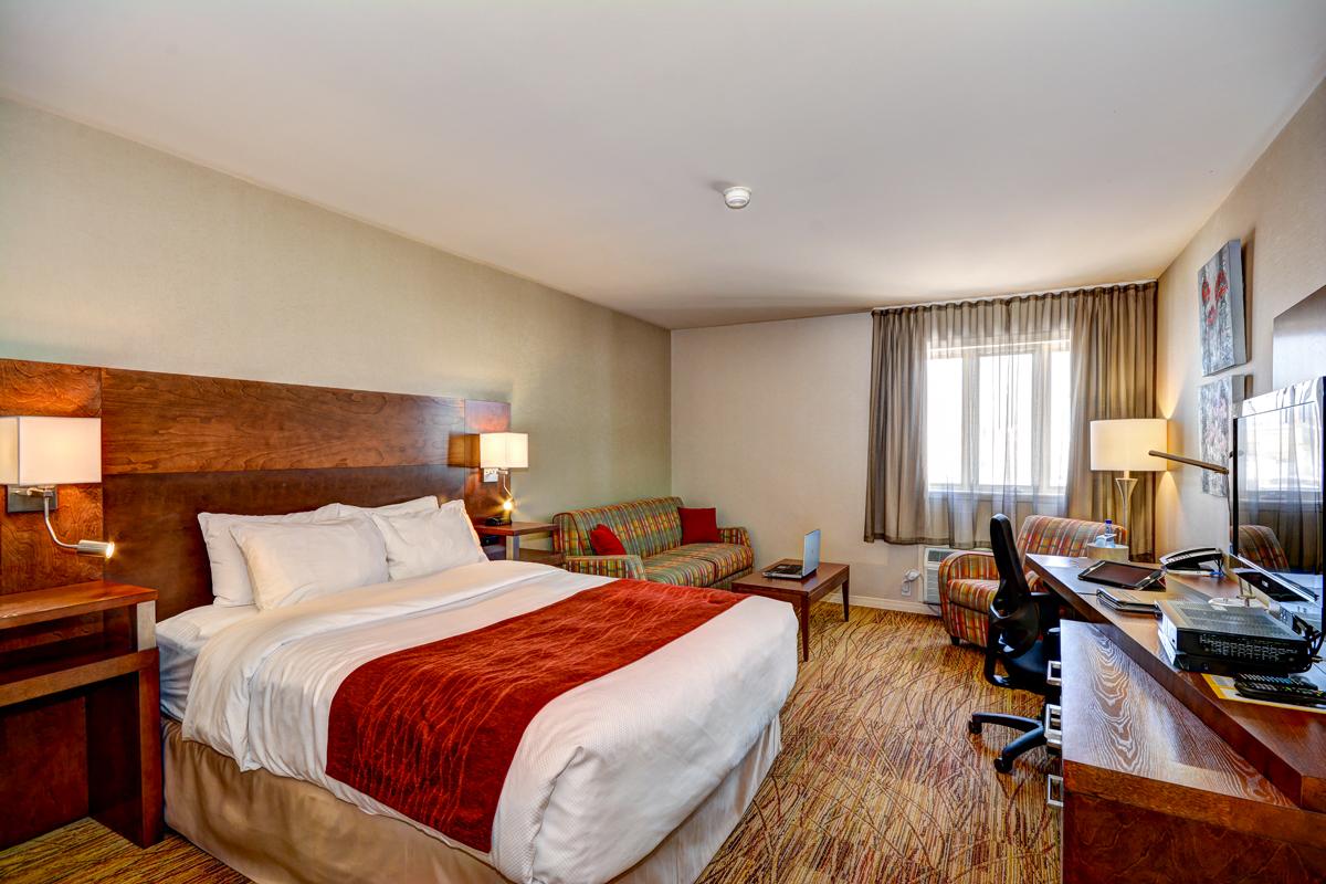 Полосатый диван для спальни