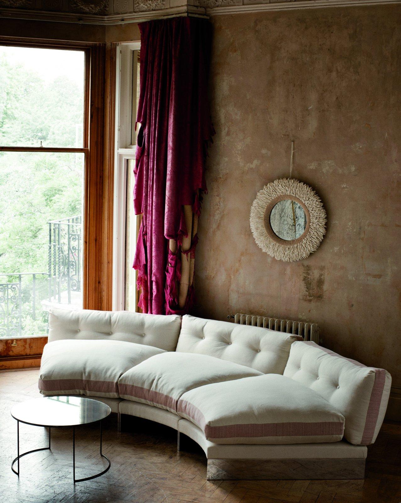 Полукруглый диван в прихожую