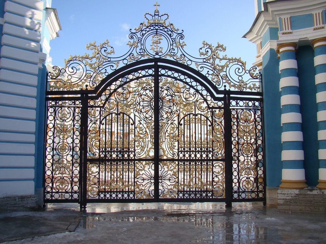 Стальные ворота с позолотой