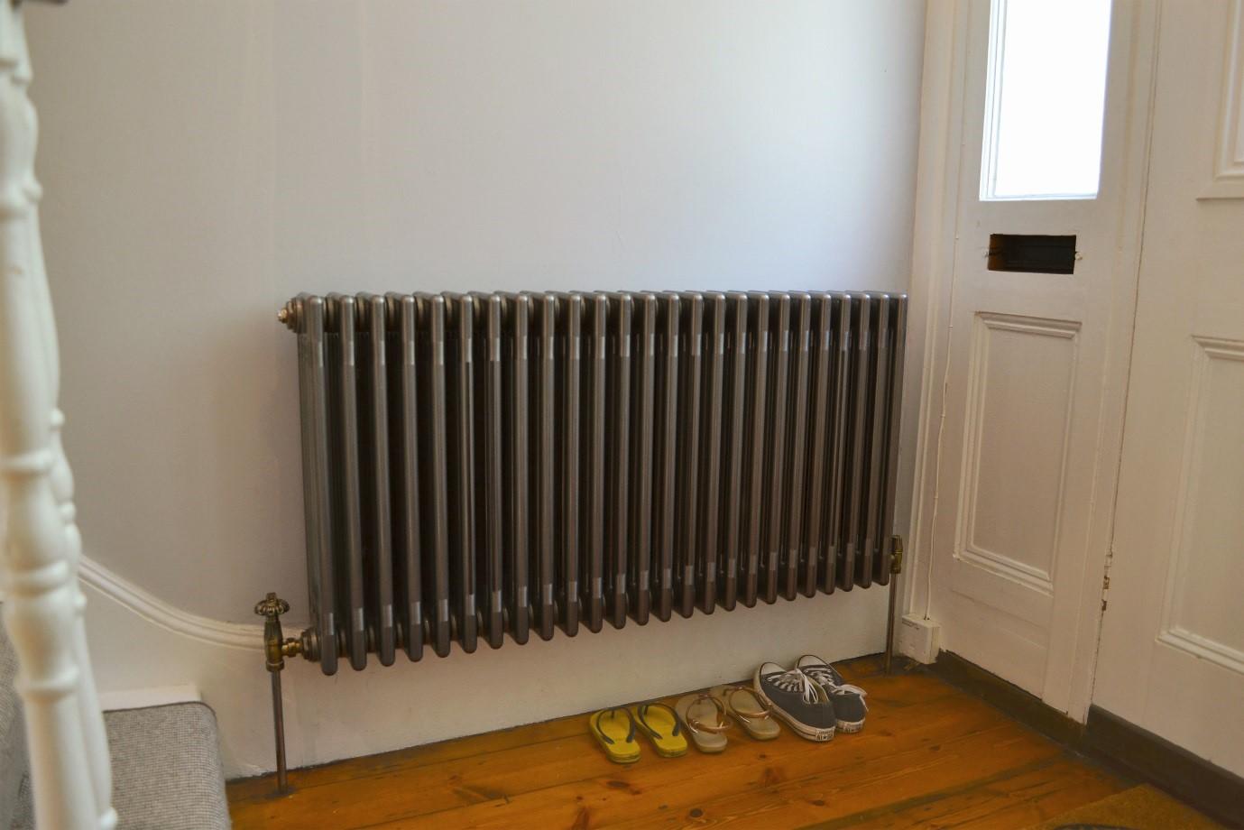 Настенный радиатор в прихожей