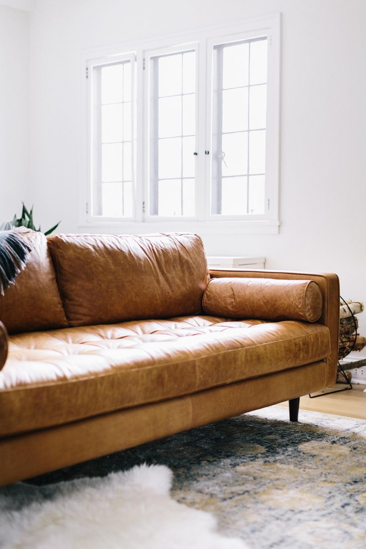 Коричневый диван в стиле ретро