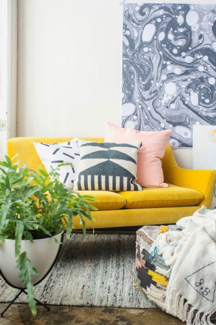 Желтый диван в стиле ретро
