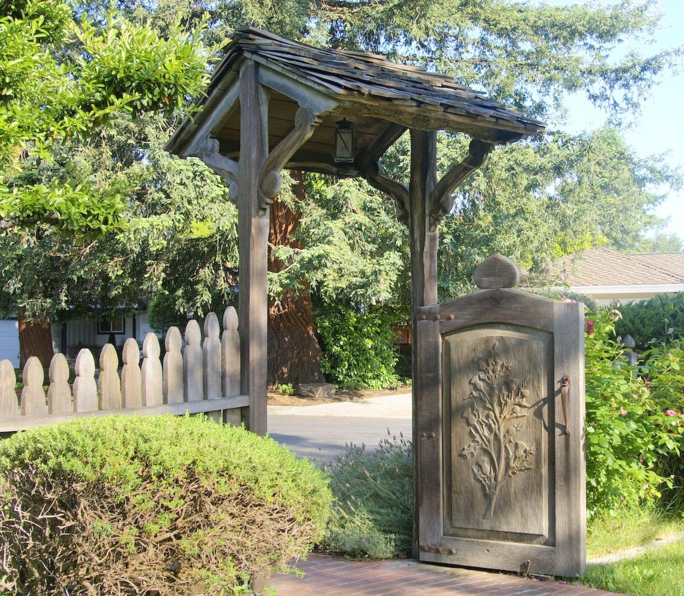 Резные ворота для дачи