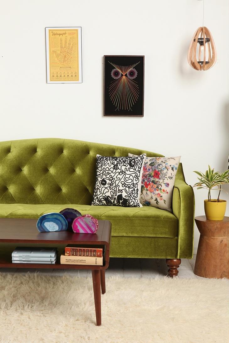 Зеленый диван на резных ножках