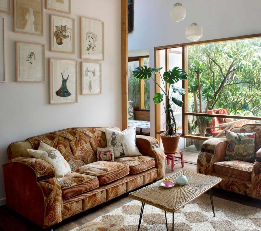 Коричневый диван с рисунком
