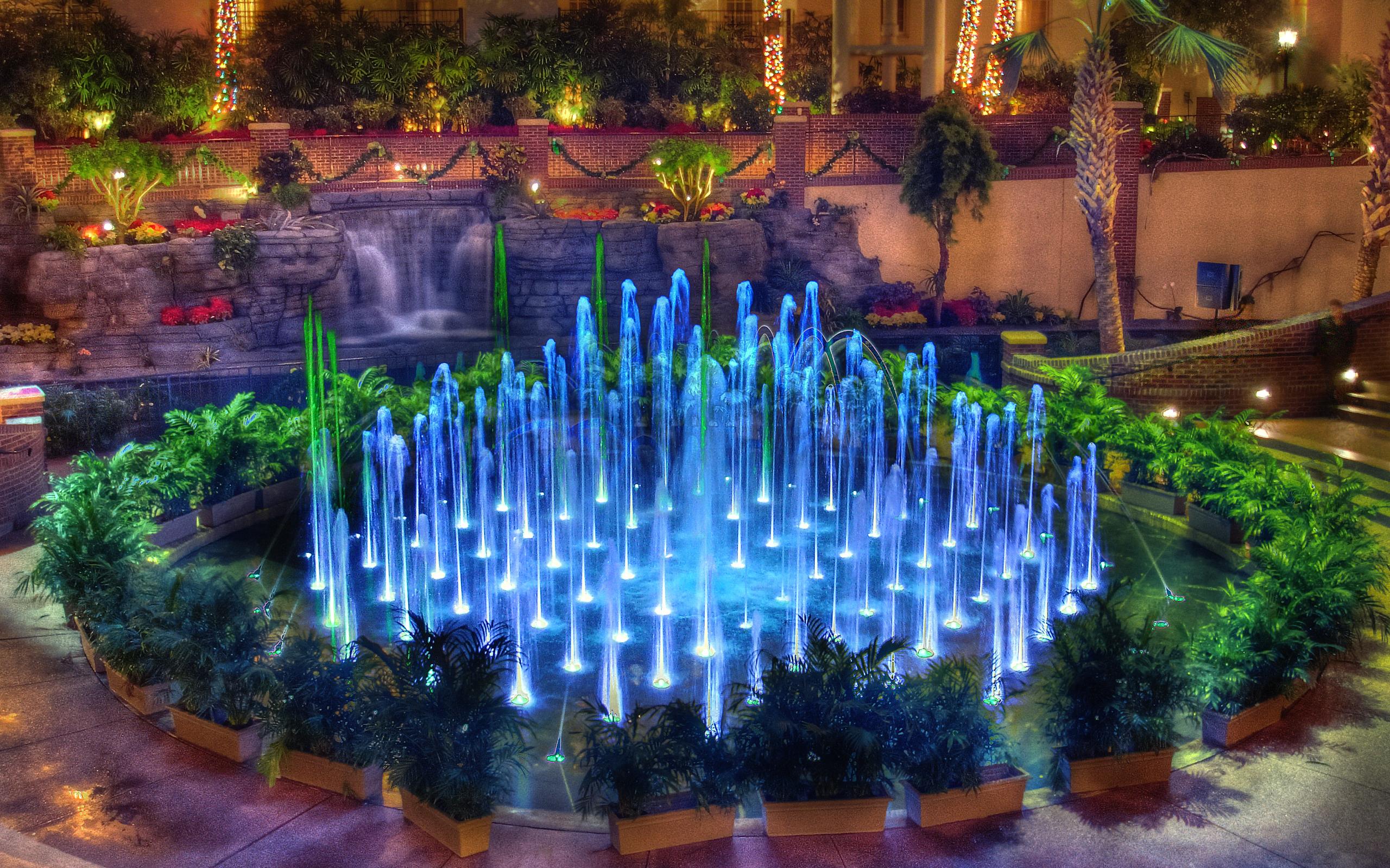 Фонтан садовый с подсветкой