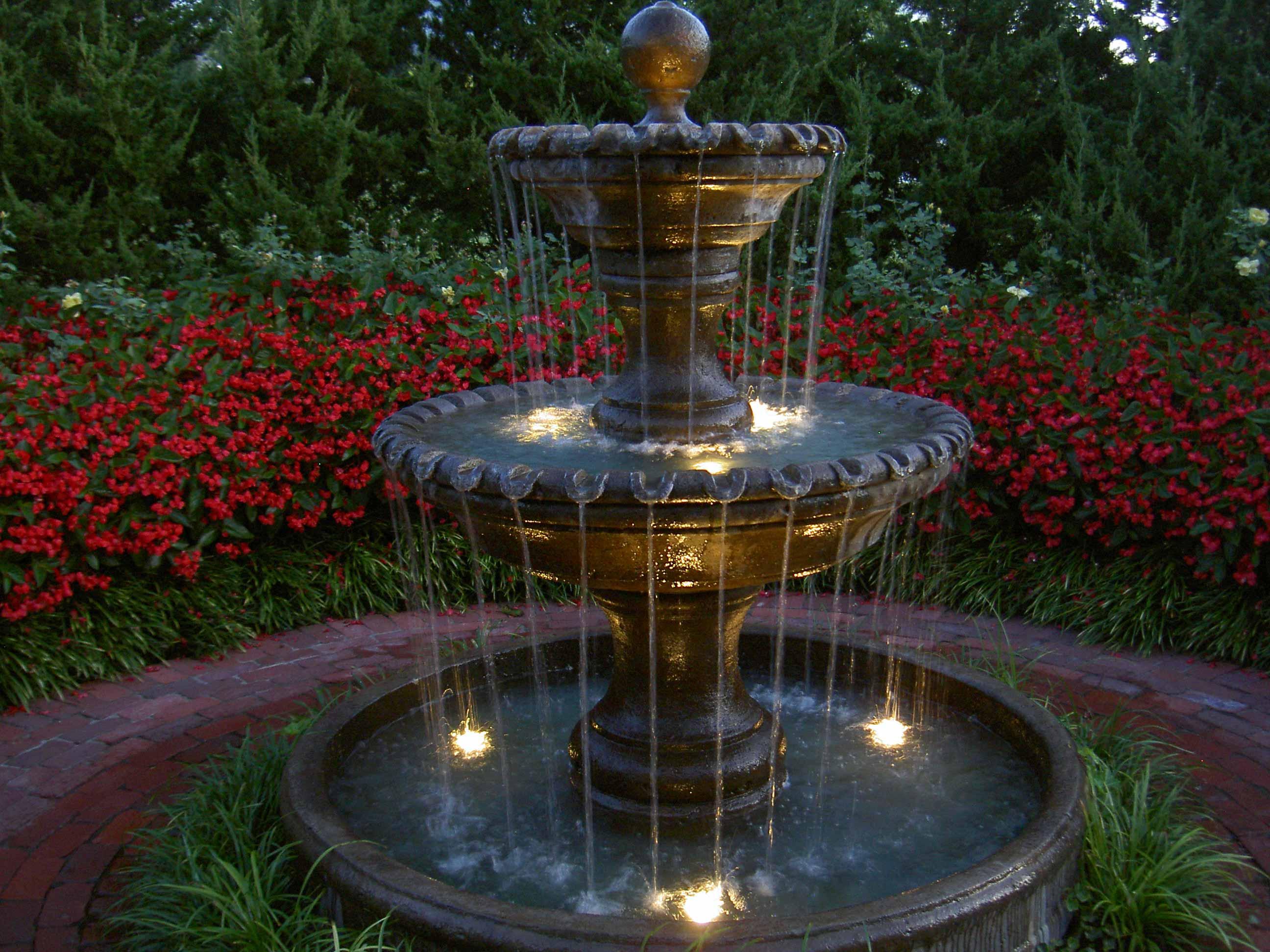 Фонтан с подсветкой в саду