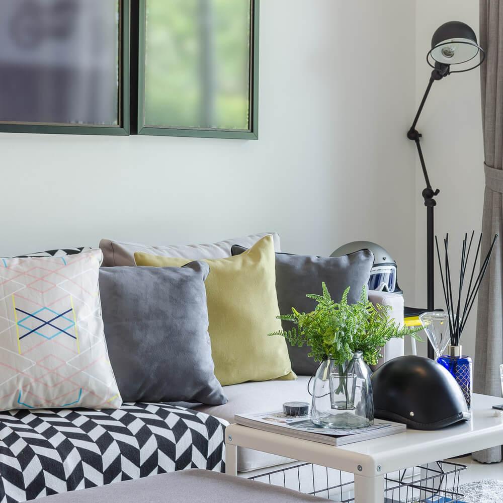 Серые диванные подушки