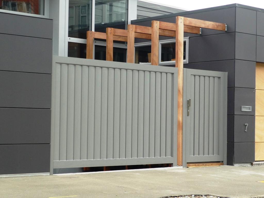 Вертикальные ворота серого цвета