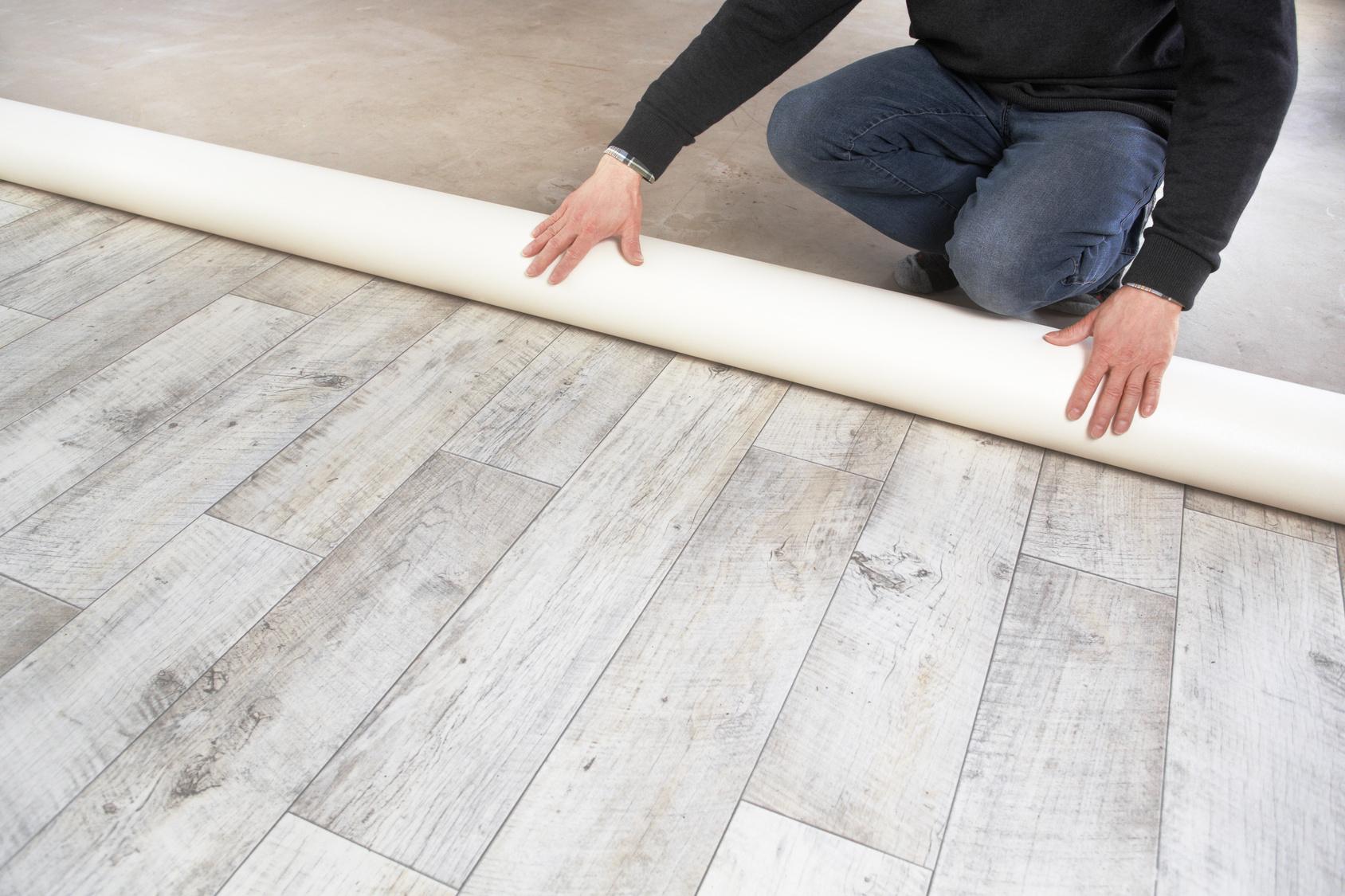 Укладка серого линолеума на деревянный пол