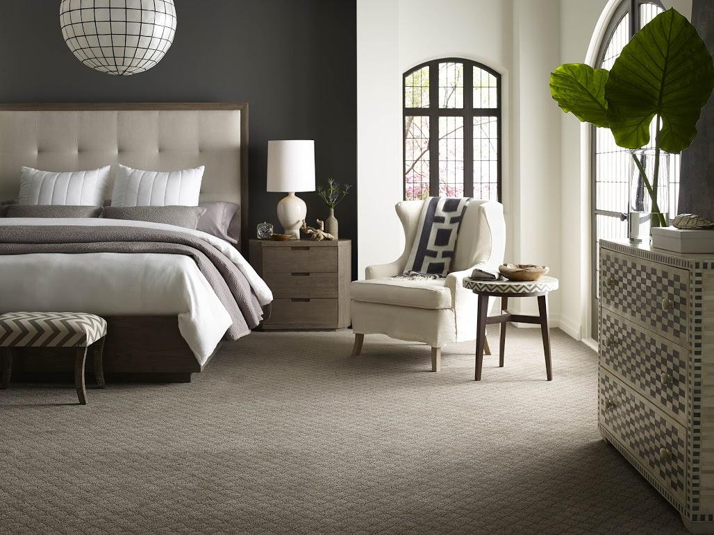 Серый пол в спальне