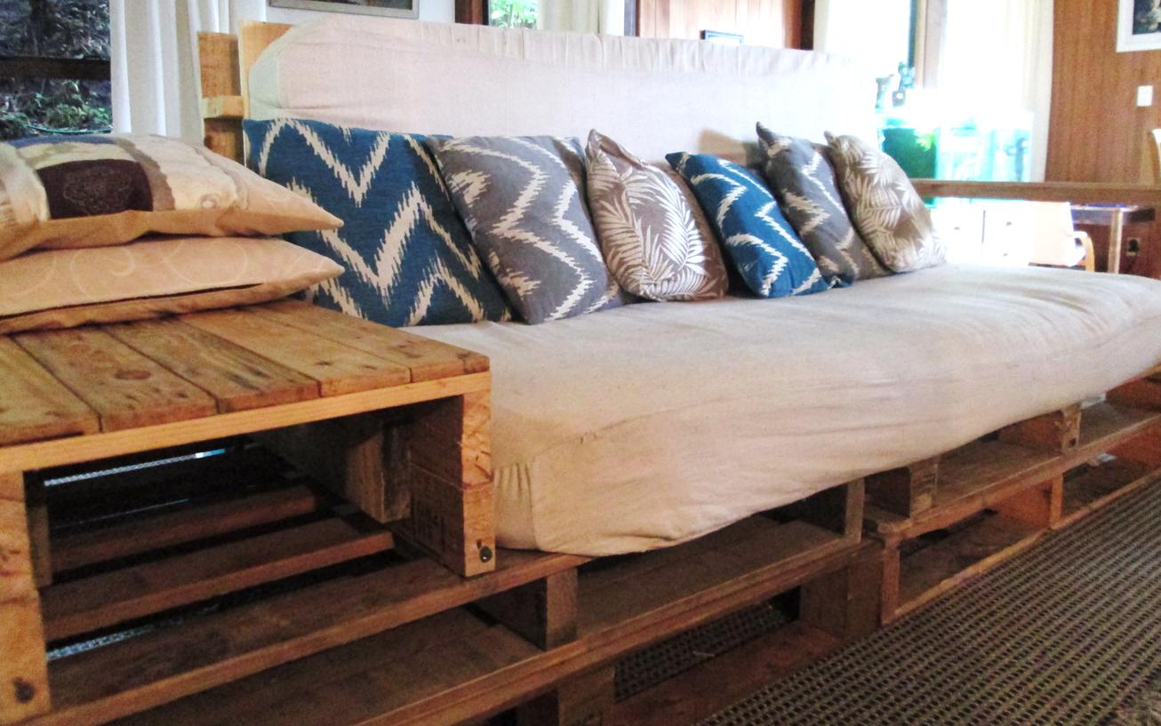 Серый диван из паллет