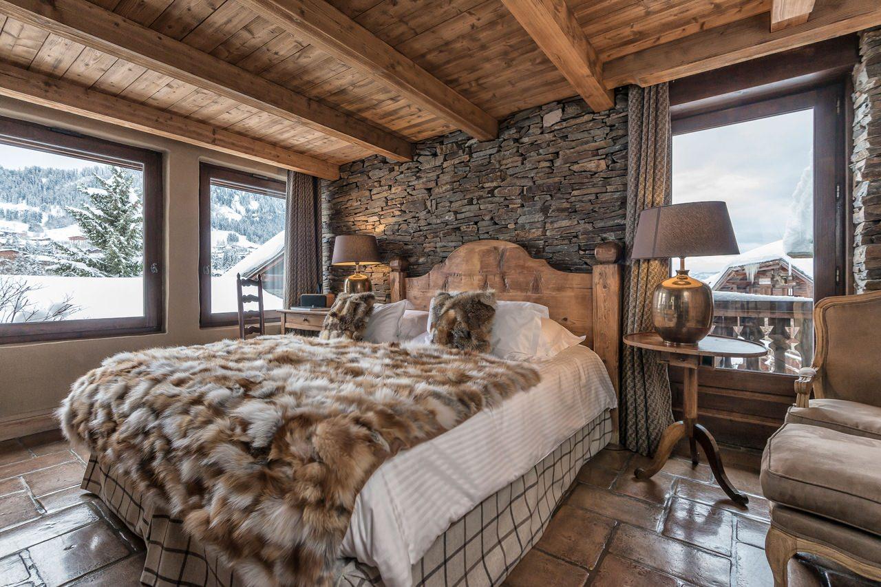 Деревянная спальня в стиле шале