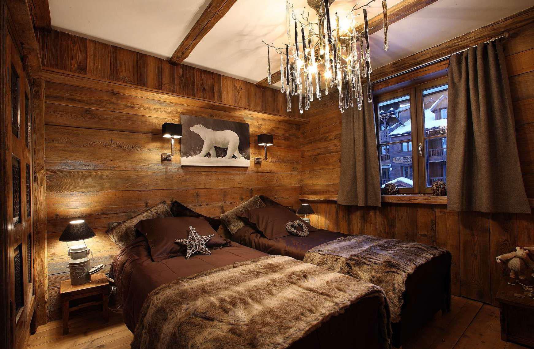 Спальня на даче в стиле шале