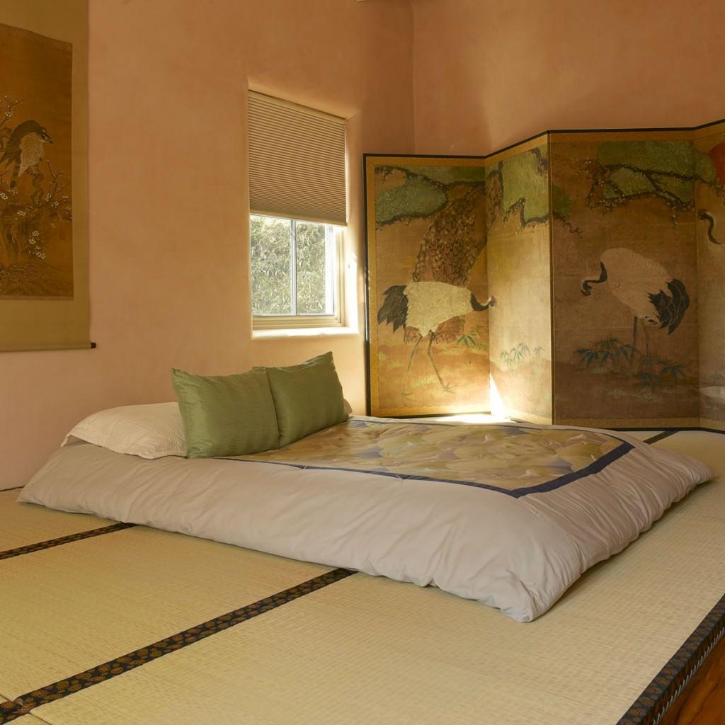 Ширма в спальне в японском стиле