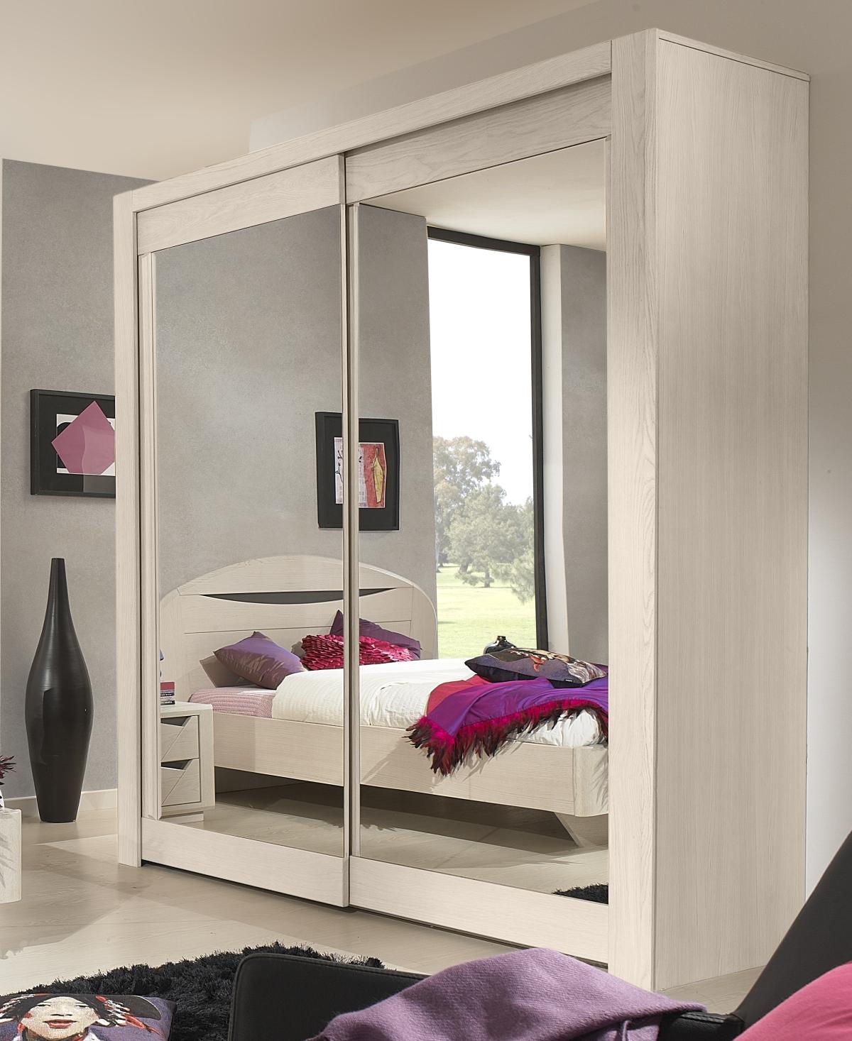 Белый шкаф с зеркалом в спальне