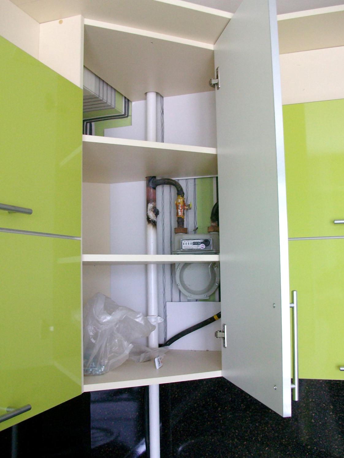 Трубы в кухонном шкафчике