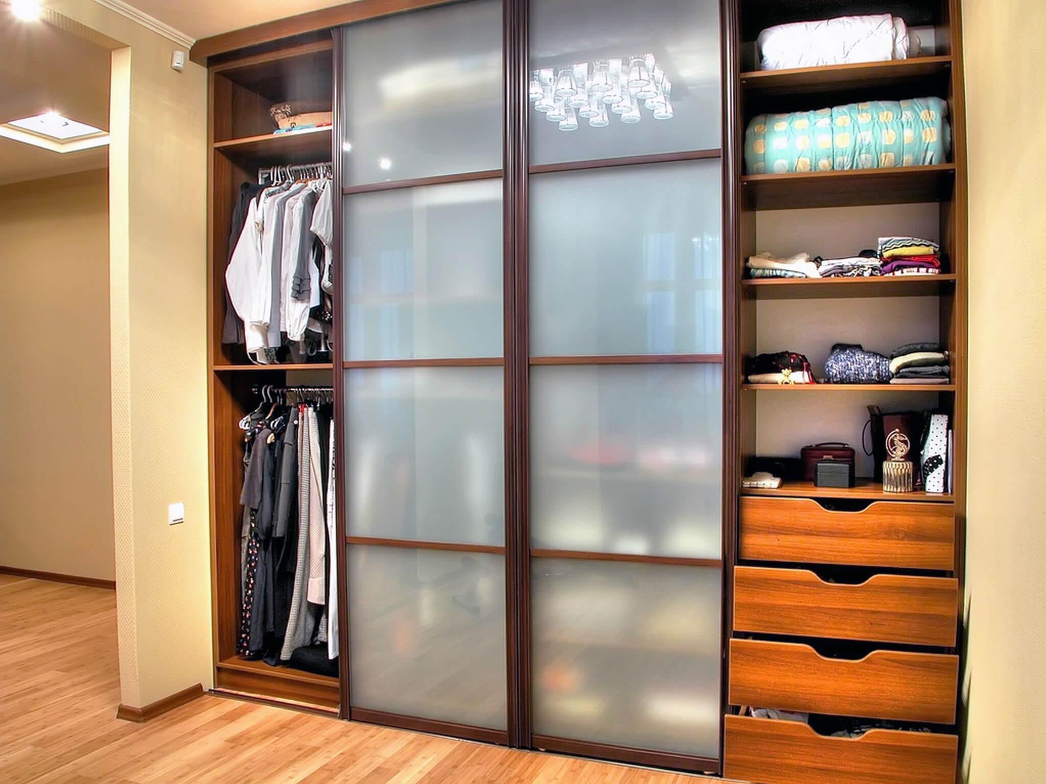 Прихожая со шкафом для узкого коридора