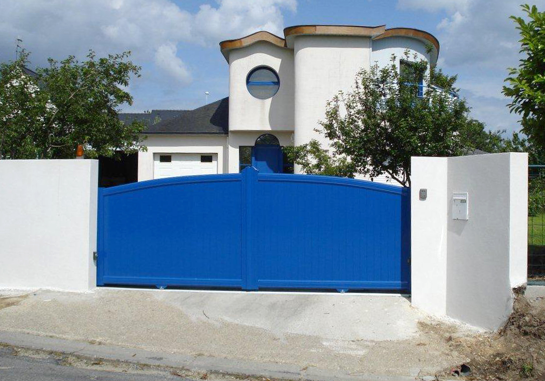 Распашные синие ворота