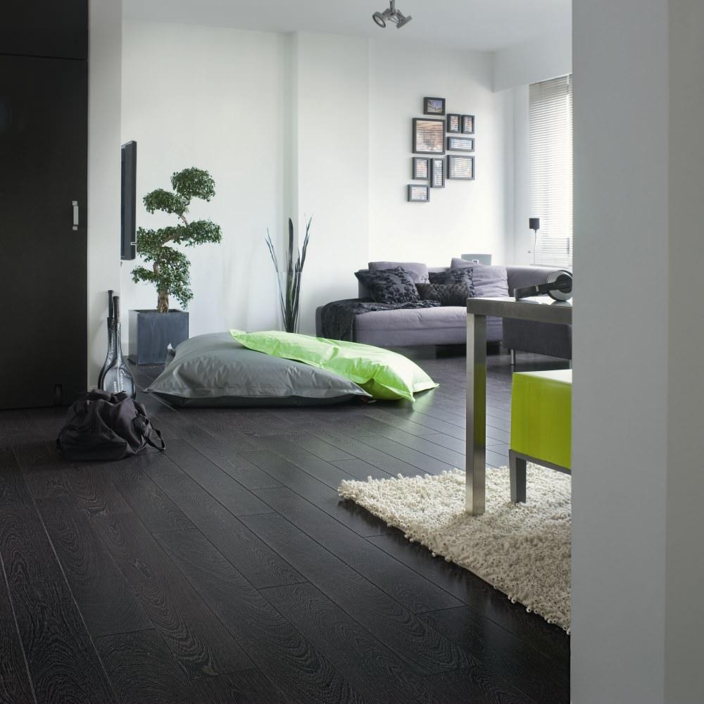 Черный ламинат в скандинавском стиле