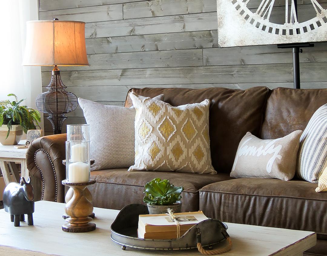 Коричневый состаренный диван