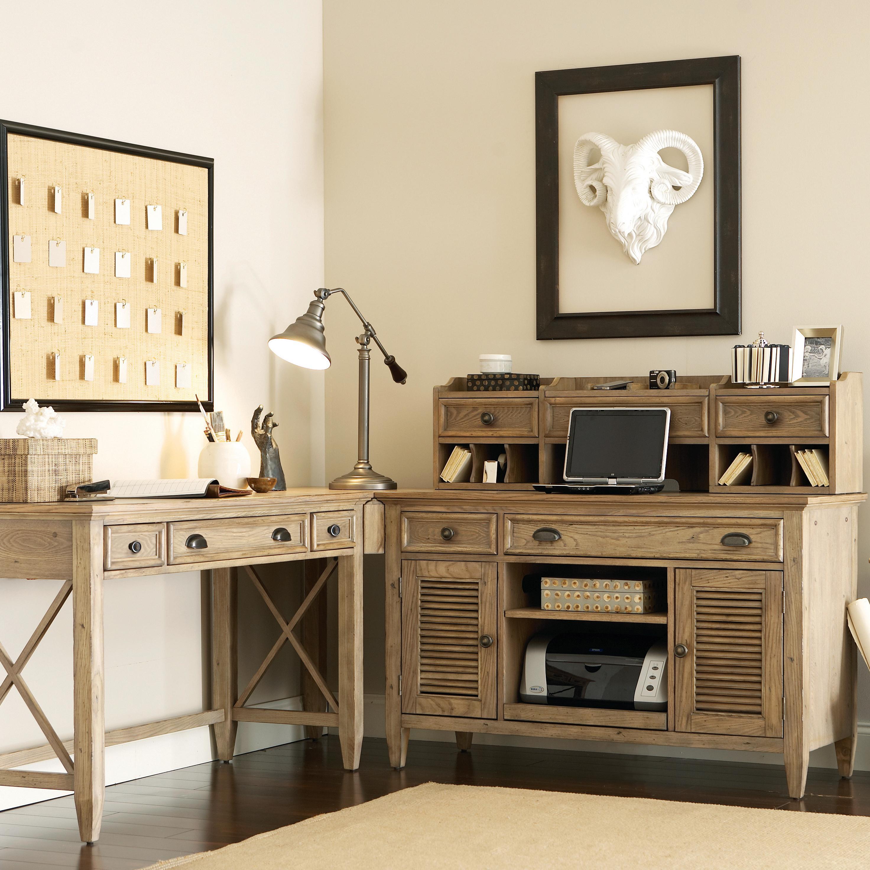 Угловой состаренный стол