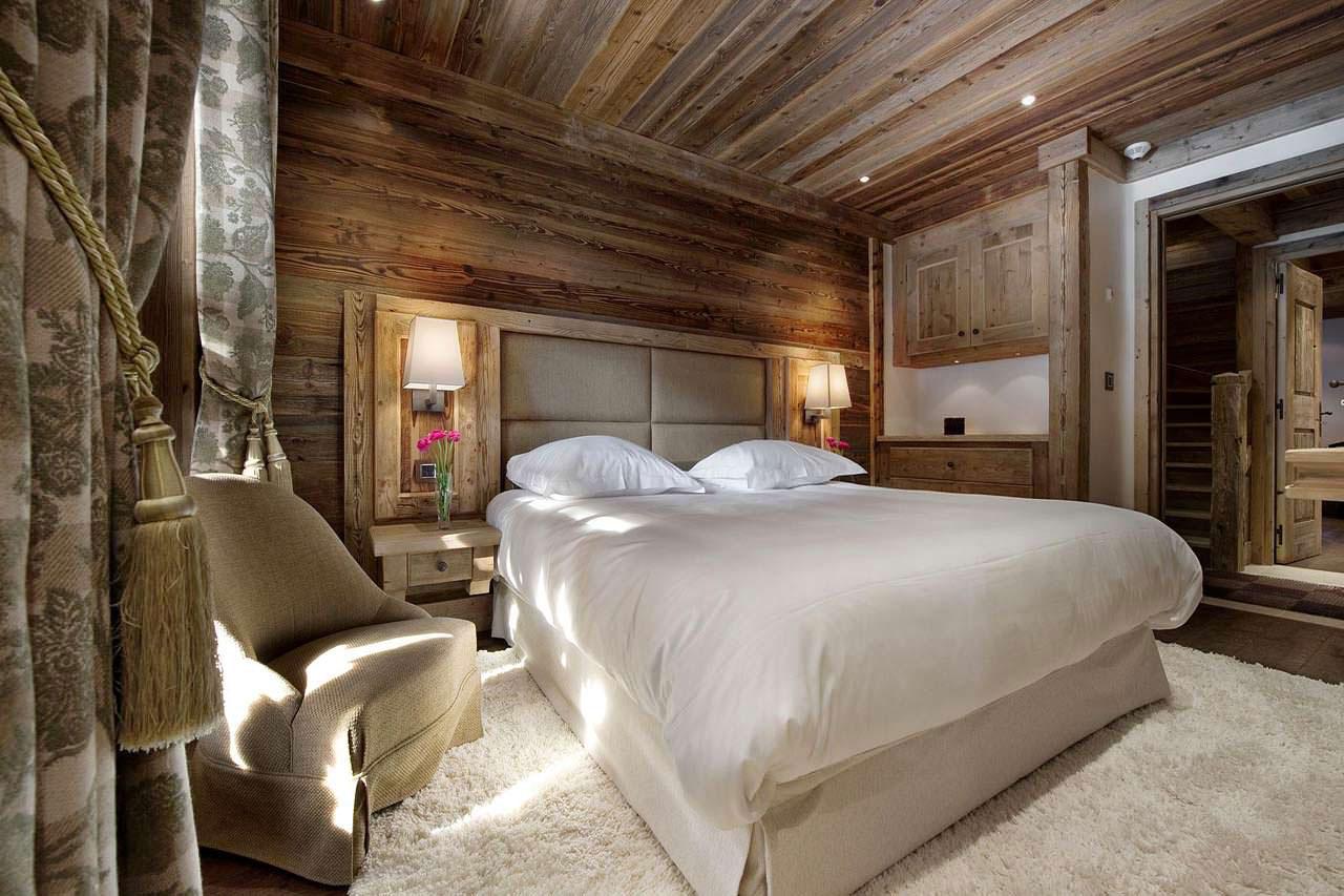 Спальня на даче из состаренного дерева