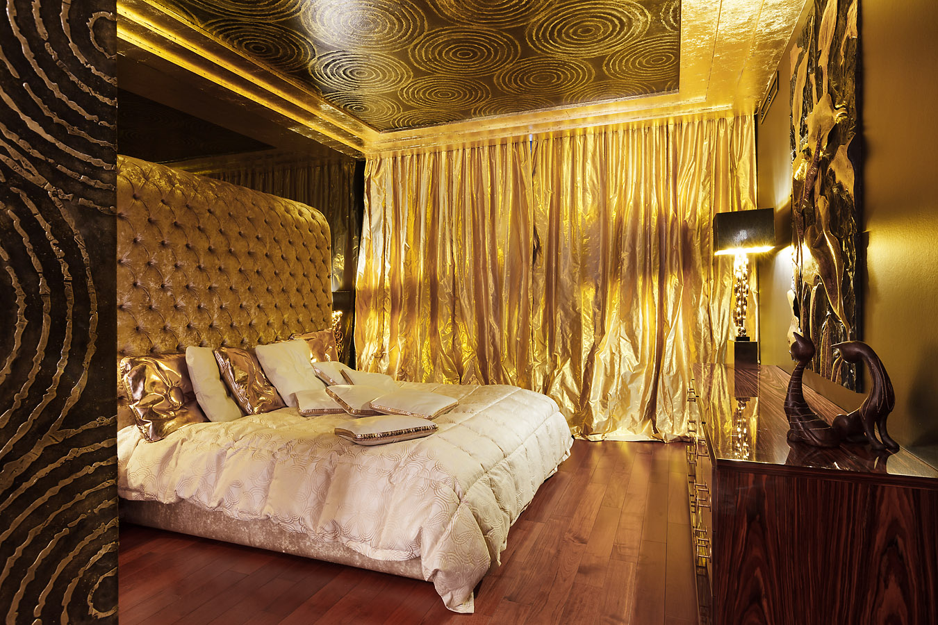 Золотые шторы в спальне
