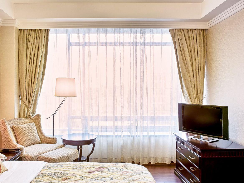 Багетные шторы в спальне
