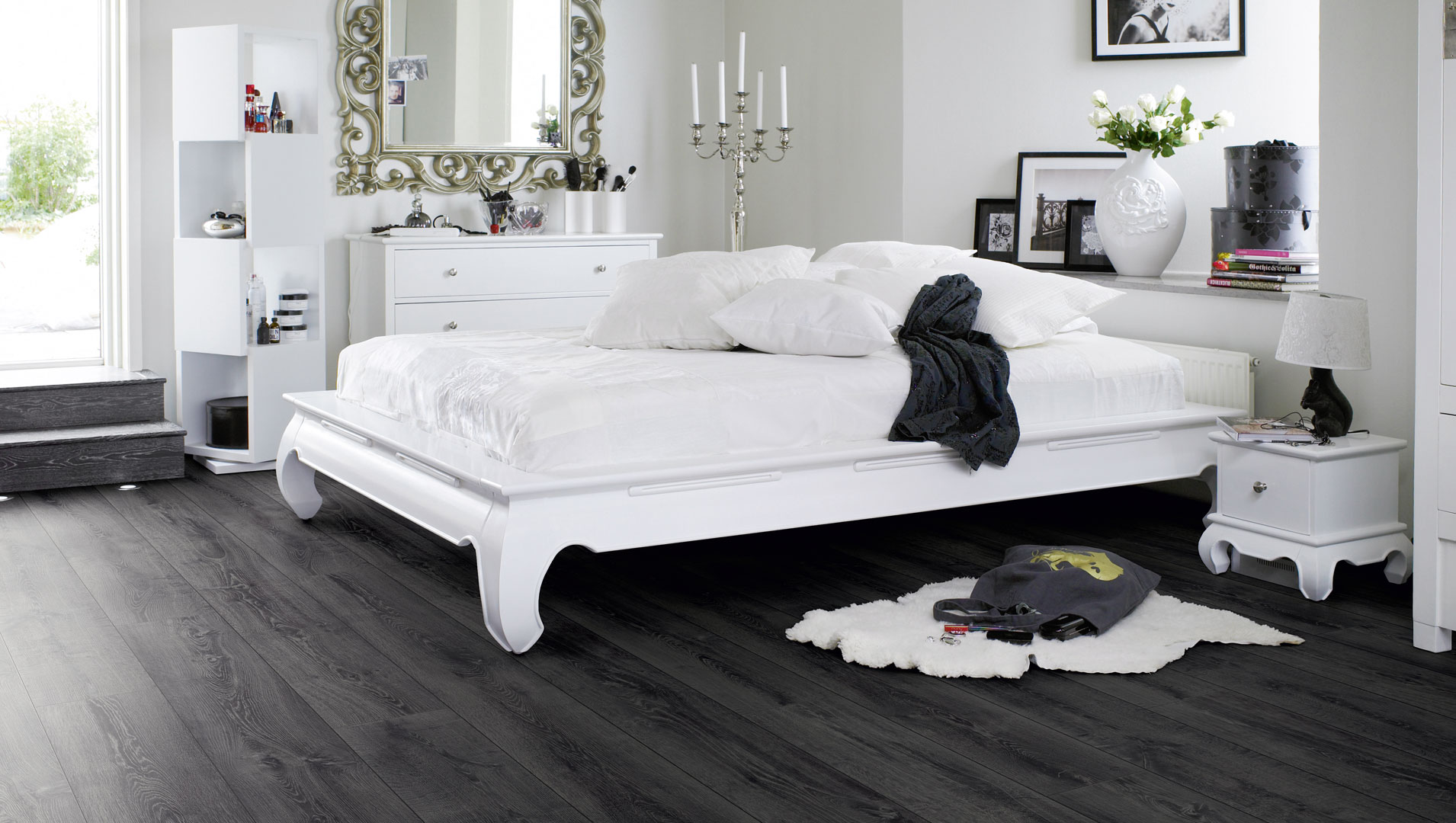 Черный ламинат в спальне