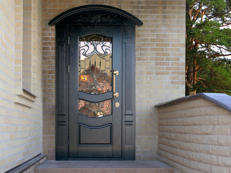 Дверь в дом со стеклом