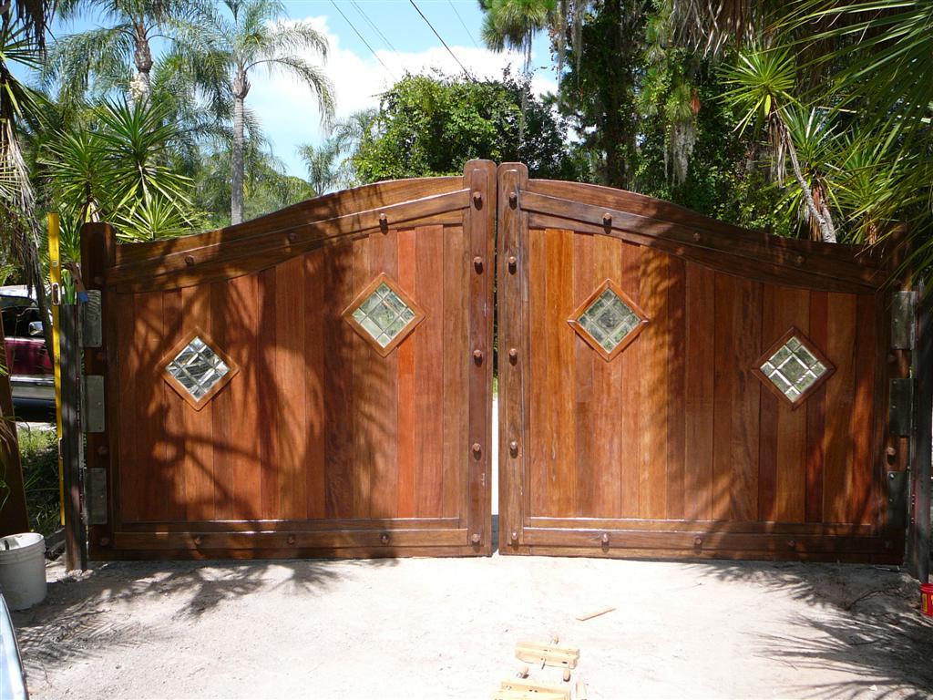 Деревянные ворота со вставками из стекла
