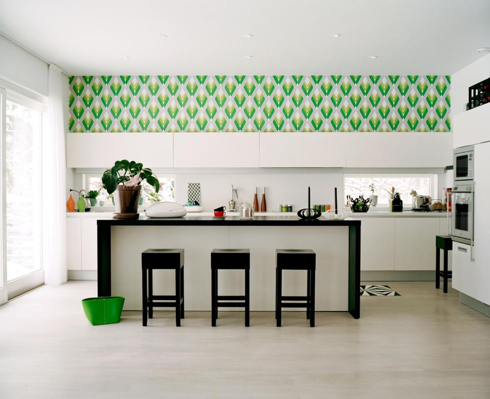 Встроенные в стены трубы на кухне