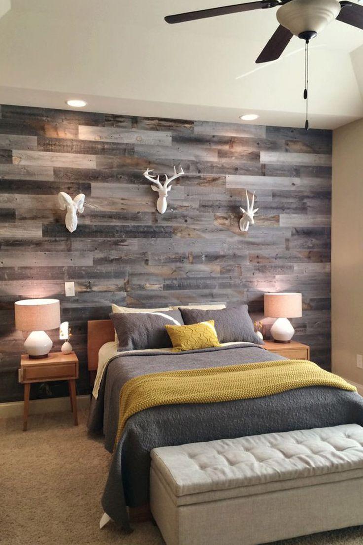 Массивная доска на стене в спальне