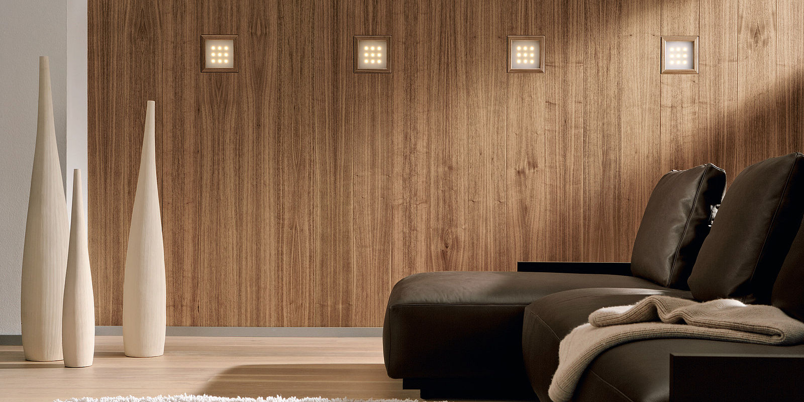 Шпонированные панели на стене
