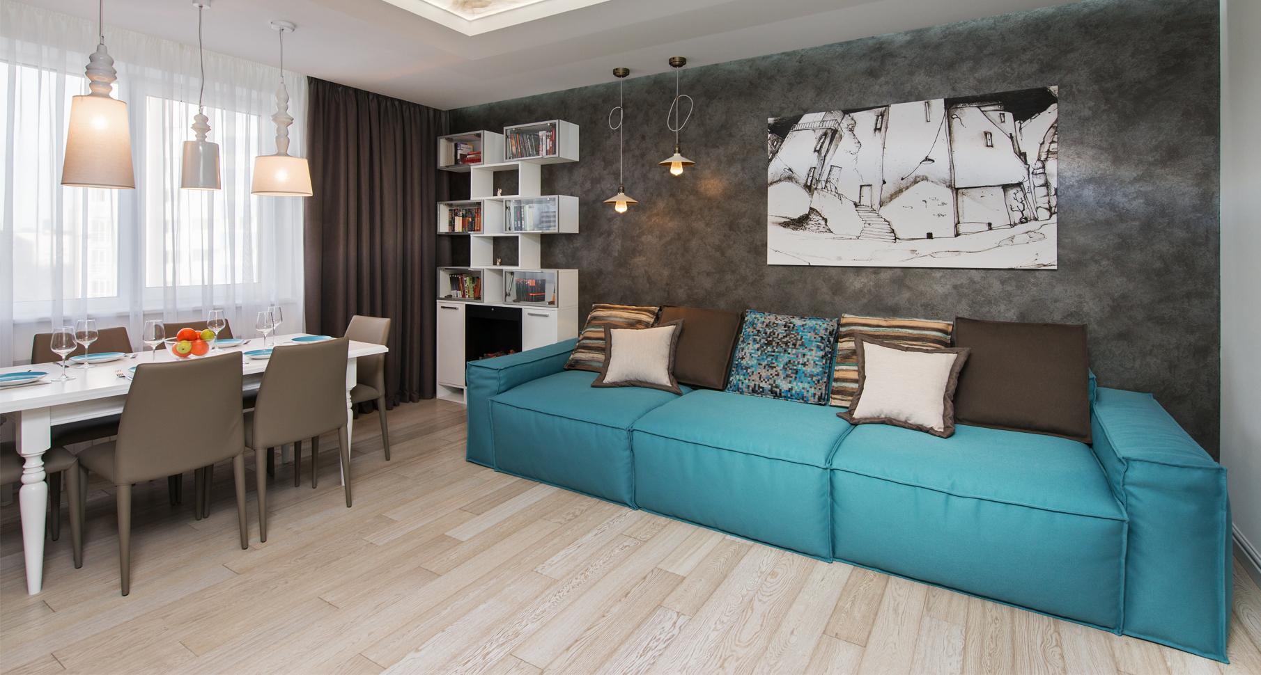 Бирюзовый диван в столовой