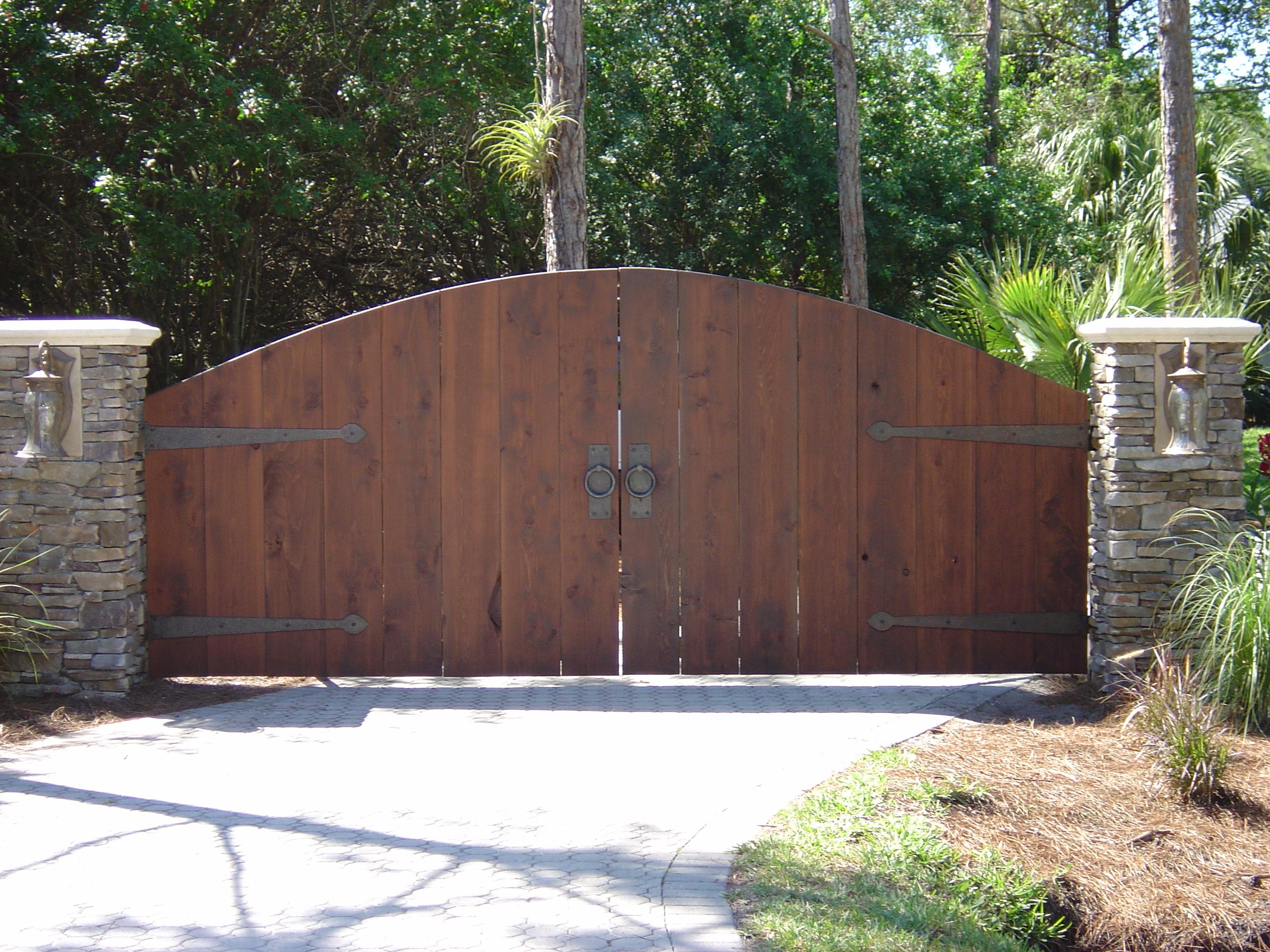 Деревянные ворота на каменных столбах