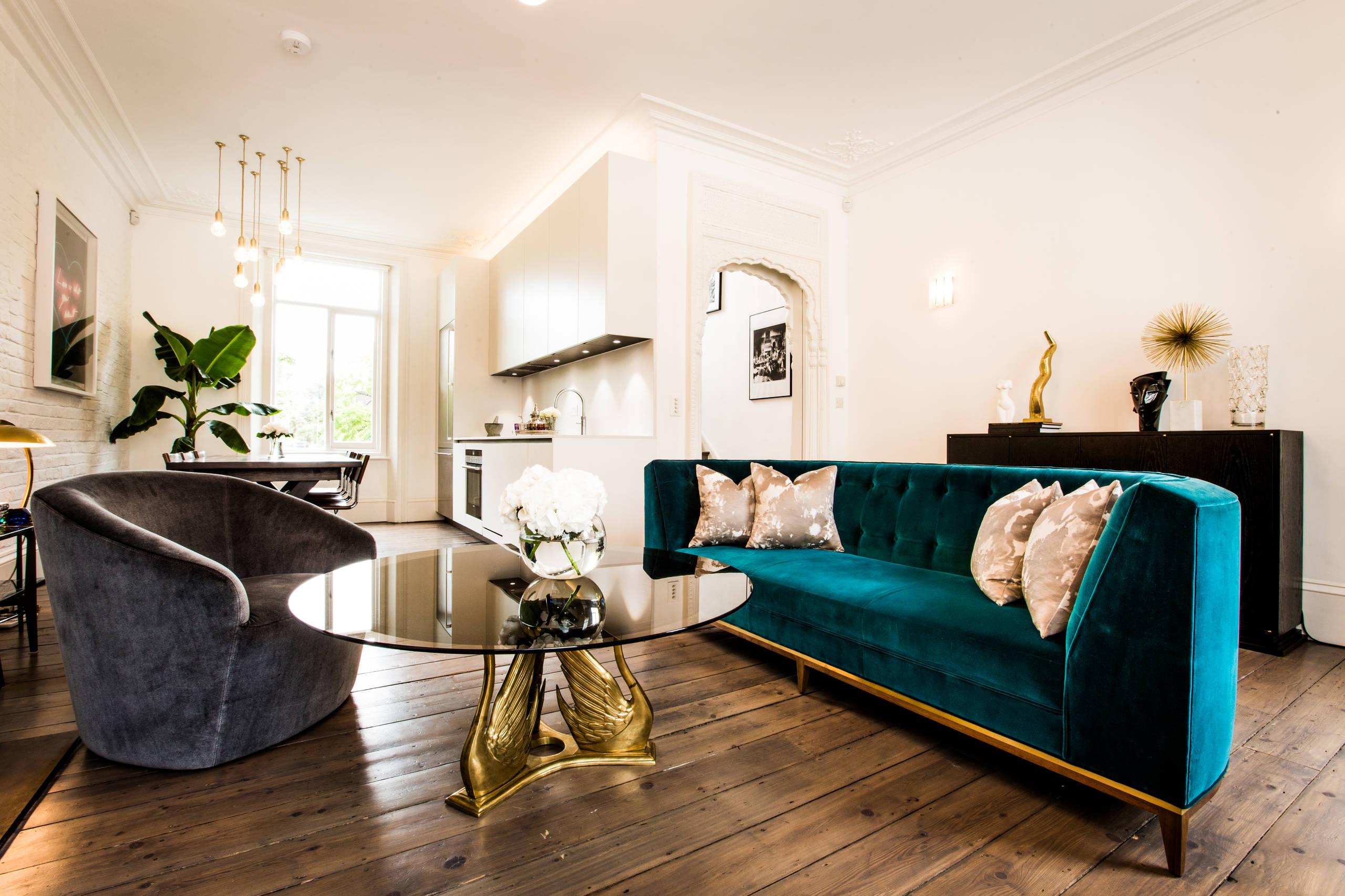 Бирюзовый диван в квартире-студии