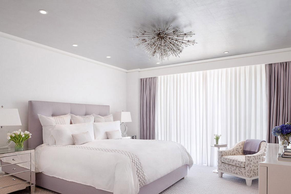 Светлая кровать в спальне