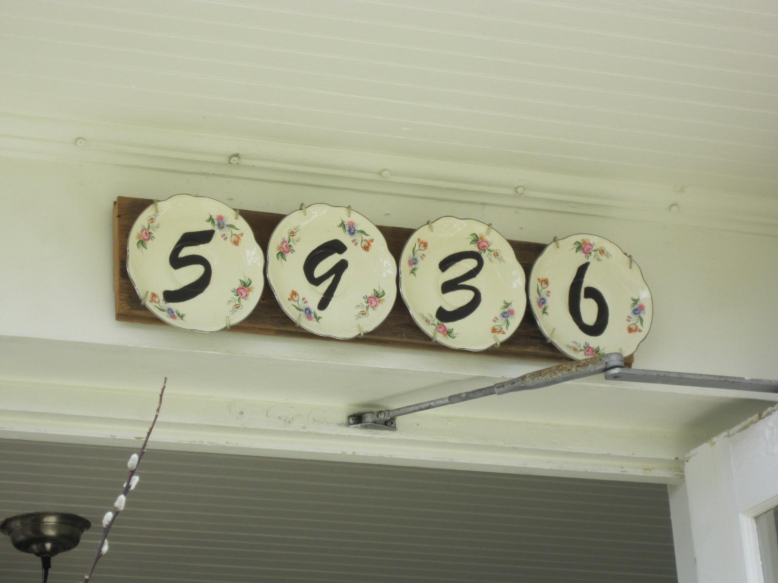 Табличка на дом из тарелок