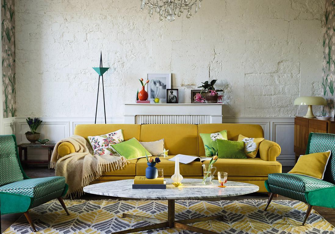 Желтый трехместный диван