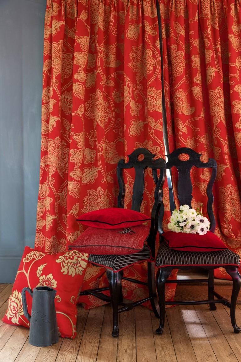 Красные шторы с узором