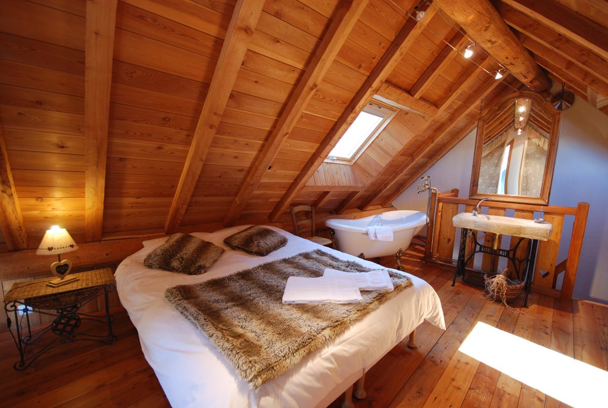 Деревянная спальня с ванной